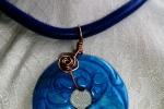Cauciu blu océano abbinato ad un ciondolo sempre in pietra stile giapponese