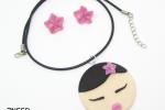 Ciondolo e orecchini giapponesi con kokeshi e fiori in fimo