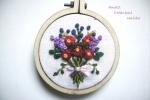 Ciondolo in legno, ricamo a mano mazzolino di fiori