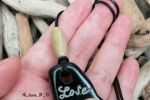 """Ciondolo """"Love"""" perline in legno e cordino in pelle"""