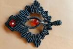 Ciondolo realizzato a mano a macramè con filato nero