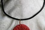Girocollo in cauciu e ciondolo giapponese in pietra rossa