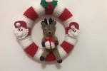Coccarda fuori porta natalizia con renna amigurumi