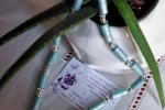 Elegante collana con perle di carta azzurra