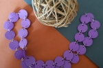 Collana cartoncino viola con anellini colore argento