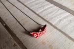 Collana con barchetta in origami rossa e fiori bianchi