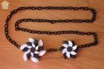 Collana con catena e fiori in gomma con pois