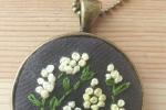 Collana con ciondolo ricamato fiori gialli