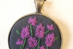 Collana con ciondolo ricamato fiori rosa