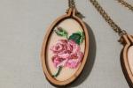 Collana con ciondolo con rosa di legno