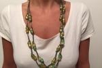 Collana con cordino argentato e perle verdi e oro