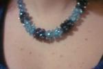 Collana corta grappoli di pietre realizzati con cristallini celesti e blu
