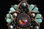 Collana con pendente con cristalli Svarovski e perline