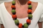 Collana con perle in feltro arancioni e verdi