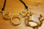 Collana in alluminio dorato