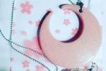 Collana in resina a forma di luna