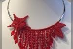 Collana in macramè rossa con mezzi cristalli