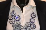 Collana Ming con stampe floreali bianche e blu