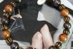 Collana rigida realizzata con base in acciaio, viola, marrone e ottone