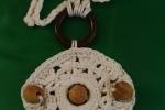 Collana uncinetto con decorazioni in legno