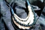 Collana con tessuto jersey e corda