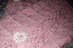 Copertina in cotone rosa con fiore bianco