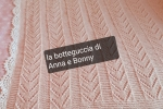 Copertina rosa e bordo bianco, in lana merinos.