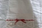 Coppia asciugamani in spugna con bordo all'uncinetto