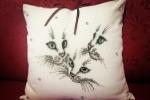 Copri cuscino a punto croce e perline tema gatto