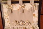 Copriforno nei colori tenui del panna con richiami floreali