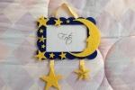 Cornice con decorazioni di luna e stelle di feltro
