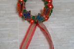Fuoriporta natalizio unico ed originale,creato con una coroncina di polistirolo