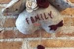 Cuore casetta dietro porta con scritta Family