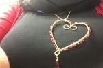 Cuore in ottone e perline rosse