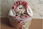 Cuoricina, coniglietta sulla scatola piena di cuoricini