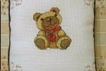 Cuscino con orso ricamato a punto croce