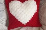 Cuscino rosso con cuore bianco realizzato con la tecnica c2c