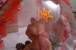 Palla di natale decorata con nastro di iuta