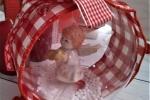 Palla di natale decorata con nastro rosso a quadretti