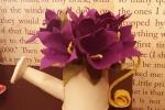 Decorazione annaffiatoio con fiori viola
