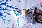 Farfalla con bimba in gesso ceramico