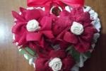 Cuore in vimini con rose rosse fatte a mano
