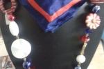 Foulard con collana rosso e blu