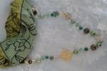 Foulard con collana verde