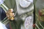 Foulard verde con spilla
