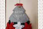 Fuori porta albero di Natale con stelle di Natale rosse