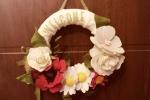 Fuori porta con decorazioni floreali colorate