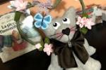 Gatto con decorazione fiori e farfalla