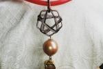 Girocollo in cauciu e ciondolo geometrico con sfere e cristalli