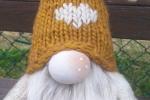 Gnomo con cappello lavorato a maglia con applicazione di strass